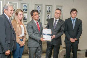 Deputados entregam relatório ao procurador-geral Leonardo Bessa